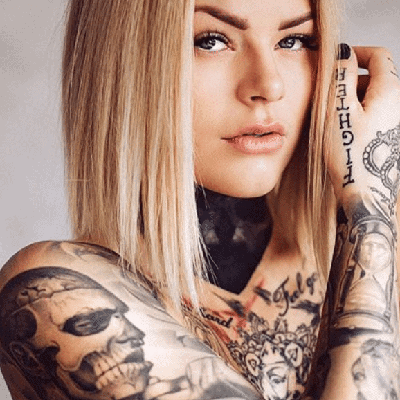 Mujer modelo tatuaje