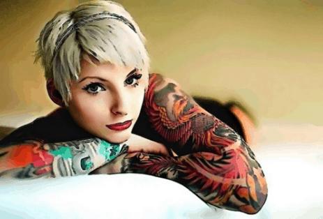 mujer modelo tatuada
